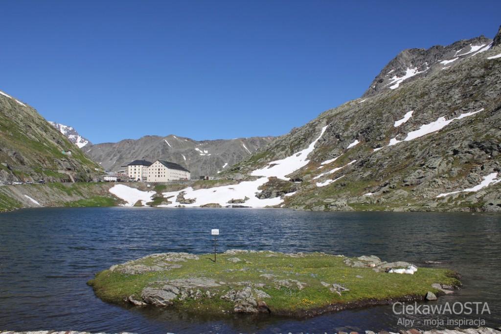 Jezioro na Wielkiej Przełączy świętego Bernarda widok od strony włoskiej.