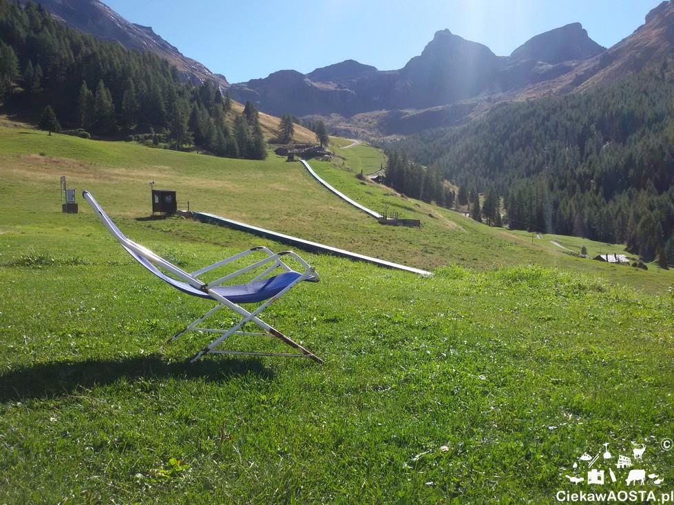 Widok na masyw Monte Rosa po wyjściu z kolejki. Leżak niestety musi poczekać na lepsze czasy :-).