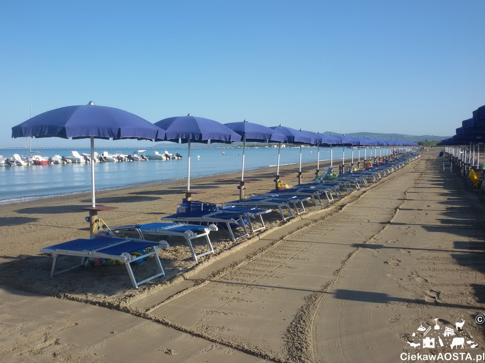Plaża w Vada o 8 rano.. Wszystko równo poustawiane czeka na turystów.