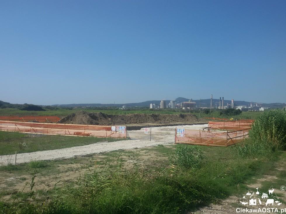 """W drodze na plażę mijamy widok na fabrykę Rossignano Solvey, której """"zawdzięczamy"""" biały efekt piasku."""