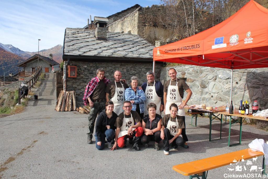 Wolontariusze z Etroubles gotowi na imprezę pieczenia chleba.