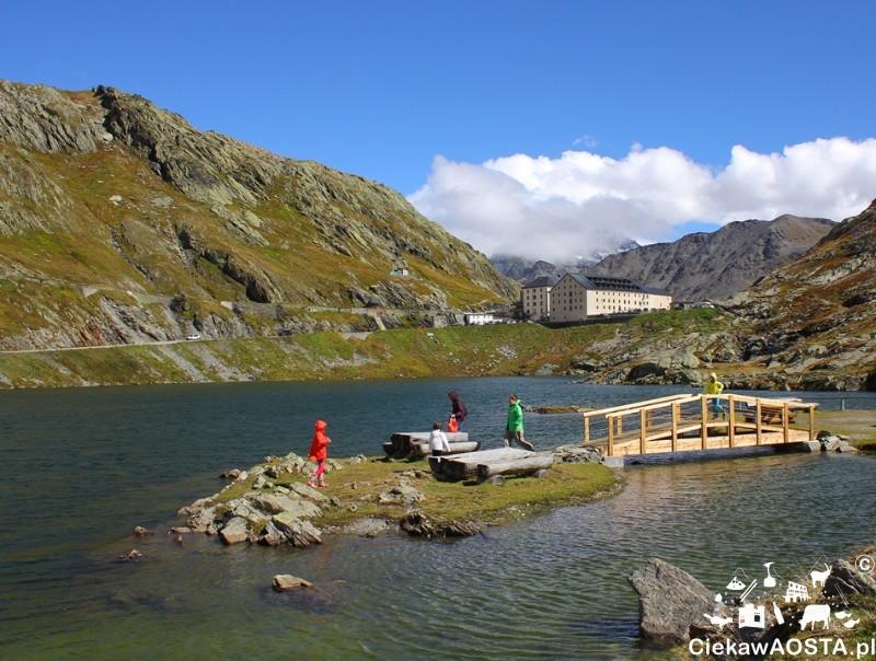 Wysepka na jeziorze, mostek i strefa piknikowa, w oddali widać budynki Hospice już po szwajcarskiej stronie.