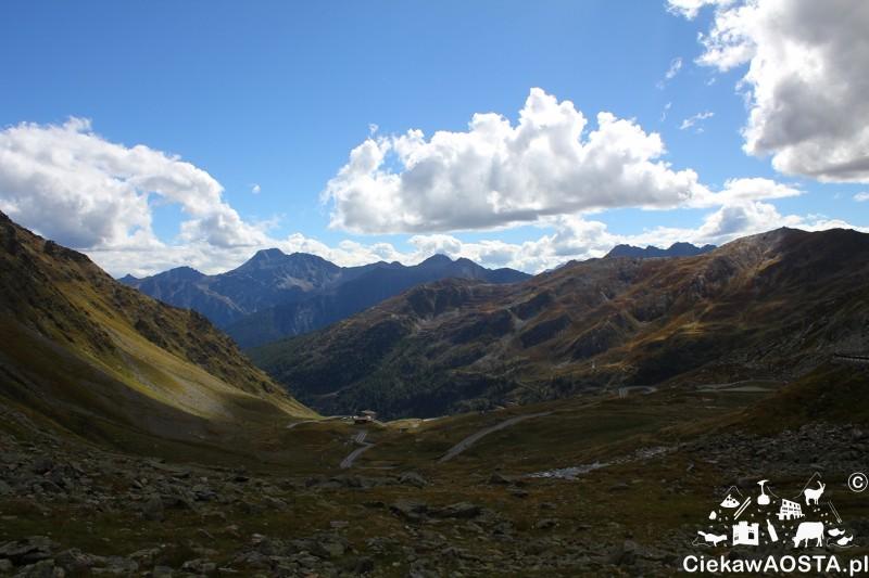 Widok na dolinę zjeżdzając z przełęczy po wloskiej stronie.