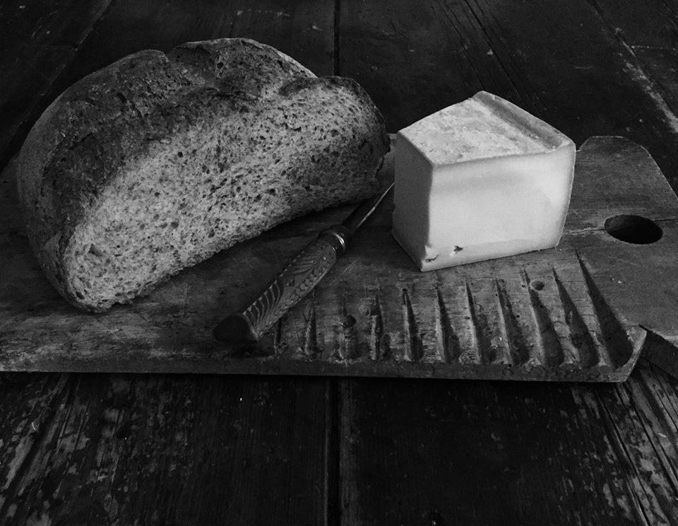 Chleb żytni i ser fontina. Niebo w gębie :-).