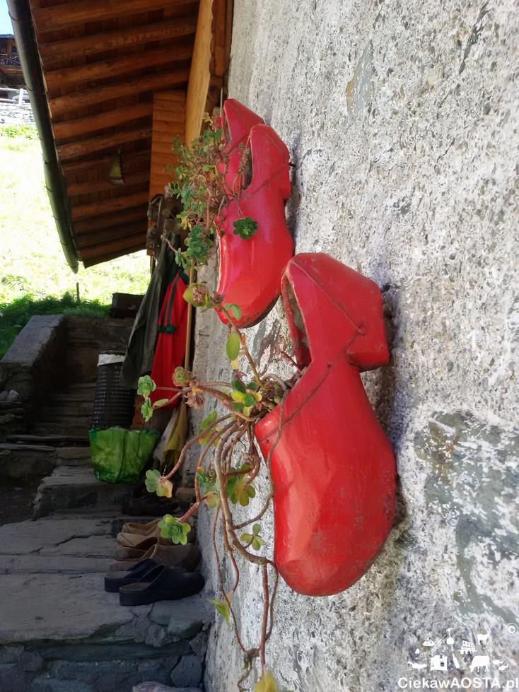 Charakterystyczny element Doliny Ayas to chodaki. Tutaj w nowej odsłonie :-).