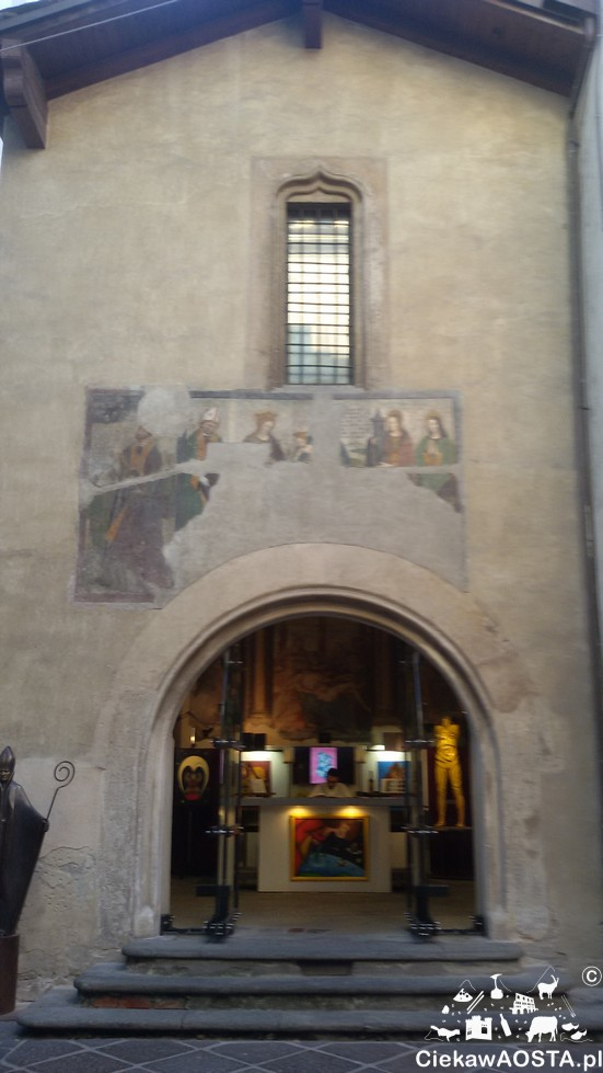 Mała Galeria sztuki im. San Grato gości dzieła lokalnych artystów.