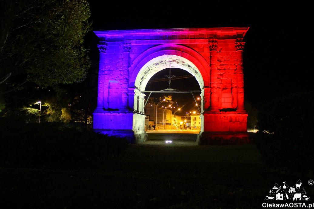 L'Arco d'Augusto w centrum Aosty na znak solidarności w kolorach Francji.