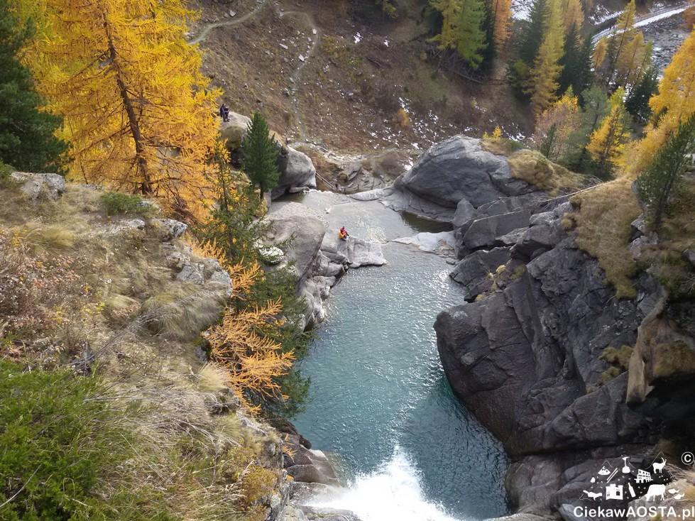 Widok na wodospad i szlak górski z mostku.