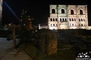 Teatr rzymski w Aoście, u jego stóp odbywa się Marché Vert Noel, czyli zielony jarmark bożonarodzeniowy.