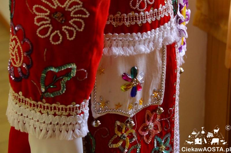 Kostium krnawałowy: obowiązokowo czerwony i wyszywany mnóstwem cekinów.