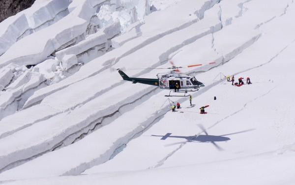 Scena z serialu Pericolo Verticale, helikopter Soccorso Alpino z ratownikami alpejskimi w akcji.