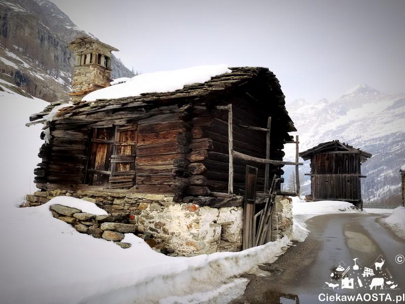 Frazione Pont, ostatnia z wiosek Valsavarenche. Zachwyciły mnie drewniane domki! A tuż za domkami, na wzgórzu spotkałam koziorożca.