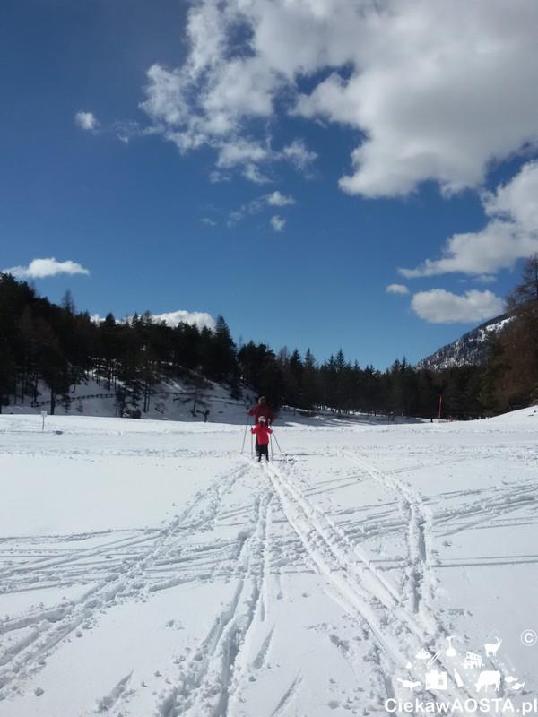 Trasa narciarska przebiega tuż obok malowniczego jeziora Lexert, które zimą pokrywa gruba warstwa śniegu.