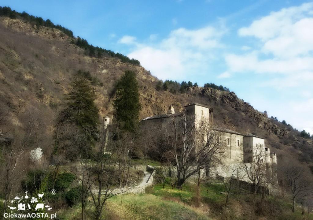 Zamek w Quart. Z zakonu Karmelitanek można dojść łatwym szlakiem w 20 minut.