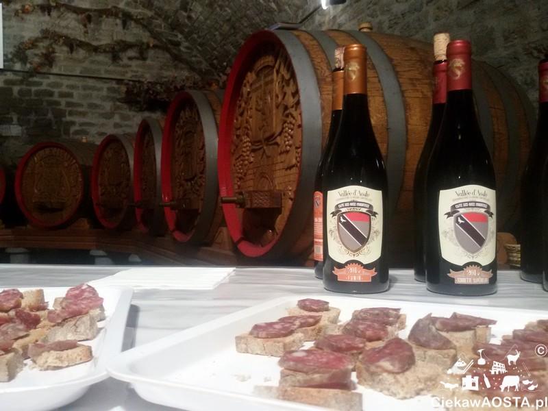 Wewnątrz piwnic Cave des Onze Communes: wino Torrette oraz likalne wędliny.