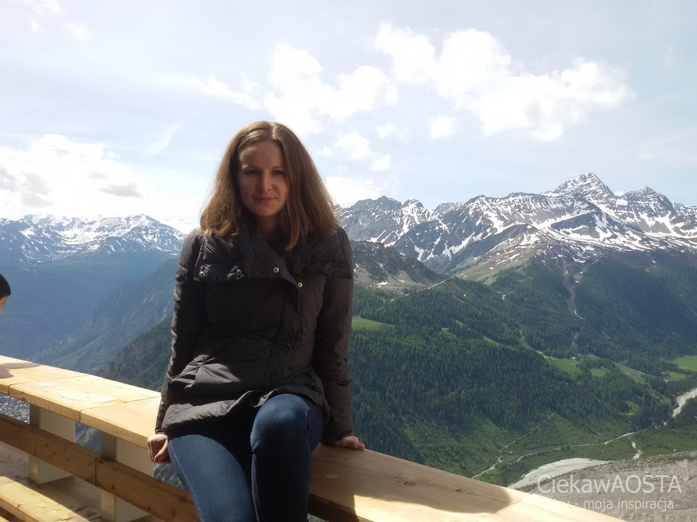 Dobrze, że nie spadłam :-D . Stacja Pavillon, a za mną Val Veny u stóp Mont Blanc.