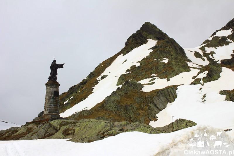 Pomnik Świętego Bernarda z Mentonu (Nont Jovis) na przełęczy.