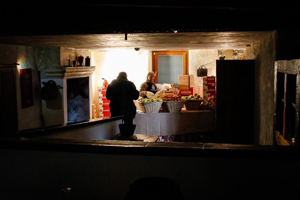 Le mele del produttore locale Saint Grat all'interno del museo di Maison Bruil.