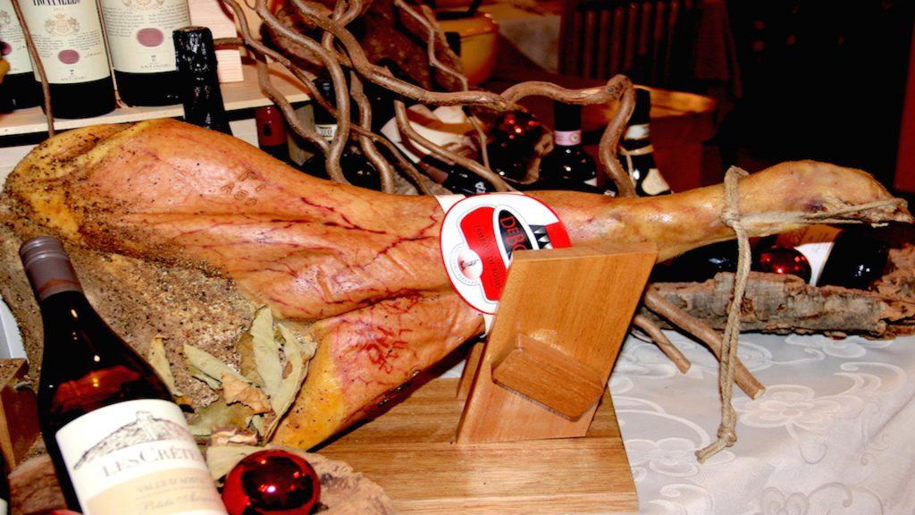 Pyszna, tradycyjna szynka Jambon de Bosses. Źródło TU.