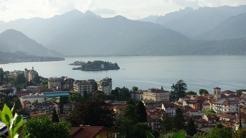 Jezioro Maggiore na granicy pomiędzy włoskimi regionami Piemonte i Lombardia oraz szwajcarskim Kantonem Ticino.