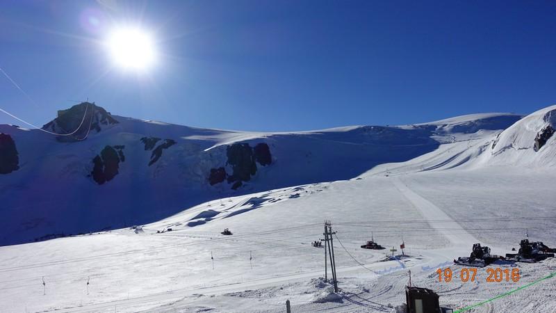 Ośrodek narciarski Cervinia, połączony jest ze szwajcarską miejscowością Zermatt. Na tej wysokości na nartach jeździ się cały rok!