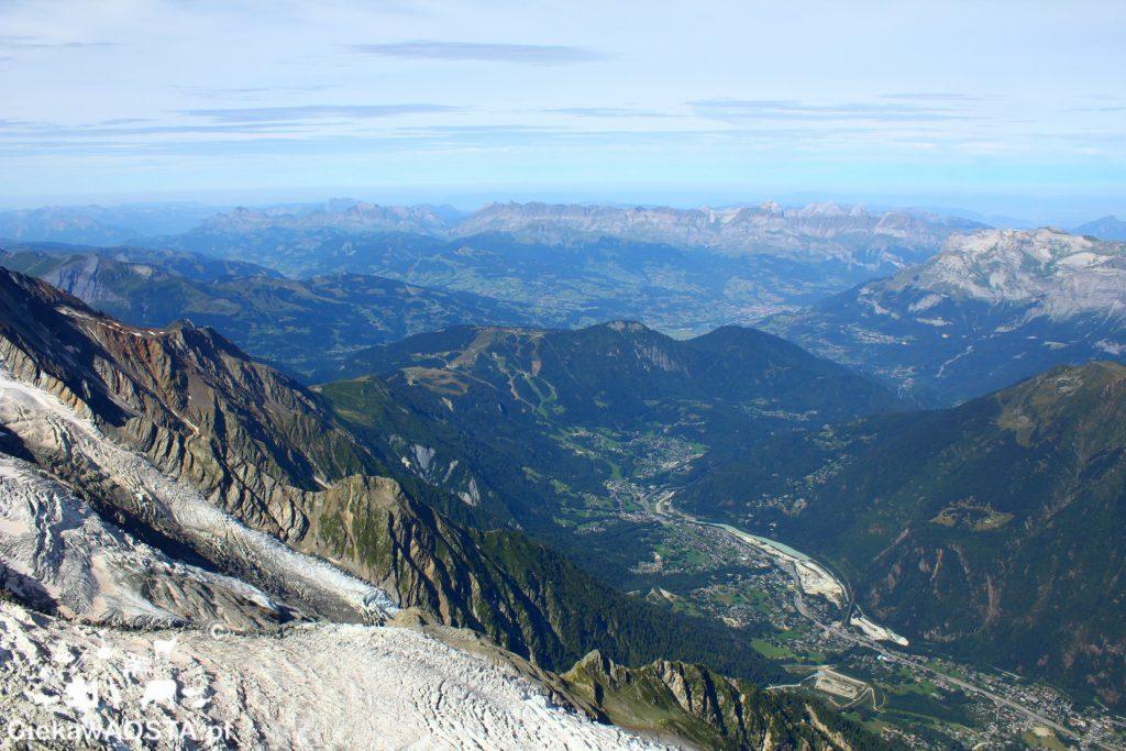 Widok na Alpy francuskie i Chamonix z kolejkido ktok w otchłań.