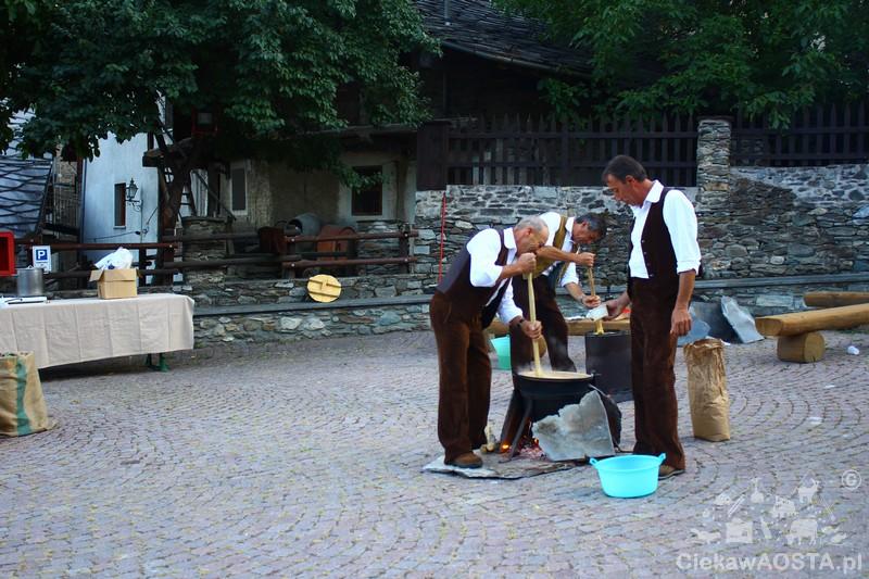 Polenta przygotowywana na imprezie Nuit des temps.