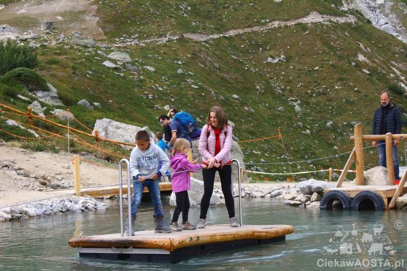 Przepłynięcie tratwą jeziorka jest mega wyzwaniem i bardzo podoba się dzieciom. Dorosłym też :-) .