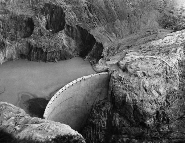 Zapora Vajont wypełniona wodą w latach działalności.
