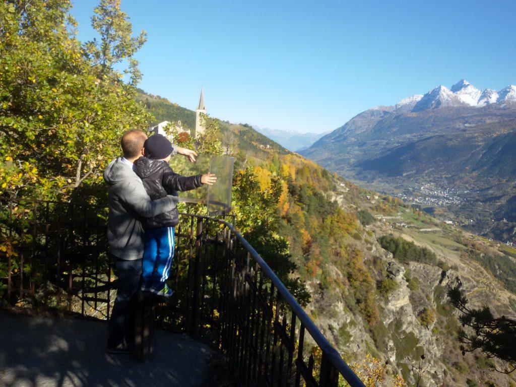 Na tarasie widokowym jest specjalne stanowisko do zapoznania się ze szczytami górskimi. Chwila na edukację i siebie i dziecka ;-) .