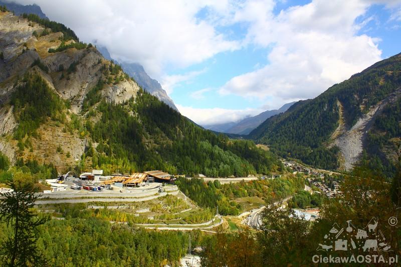 Widok na Courmayeur z trasy w kierunku Val Veny.
