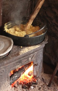 Polenta gotowana w typowym kociołku.