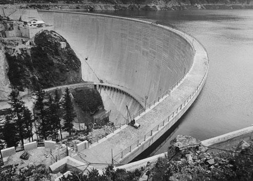 Budowa zapory wodnej w miejscowości Valgrisenche w latach 50' XX wieku. Źródło: Periodyk Environment, n. 22 Regionalnego Ministerstwa Terytorium i Środowiska