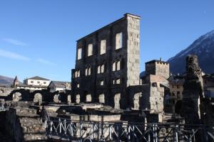 Teatr rzymski w Aoście. Na zdjęciu fasada o wysokości 22 m.
