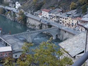 Widok z góry Forte di Bard na doline i rzekę Dora Baltea