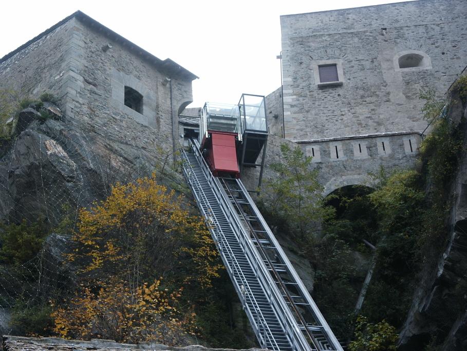Winda w Forte di Bard, która dojeżdza do wyższych kondygnacji twierdzy. Zamiast windy trasę mozna pokonać również pieszo.
