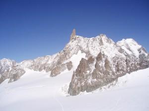 Widok na szczyt Dente del Gigante (4014 m n.p.m.) ze szczytu Punta Helbronner. Masyw Mont Blanc.