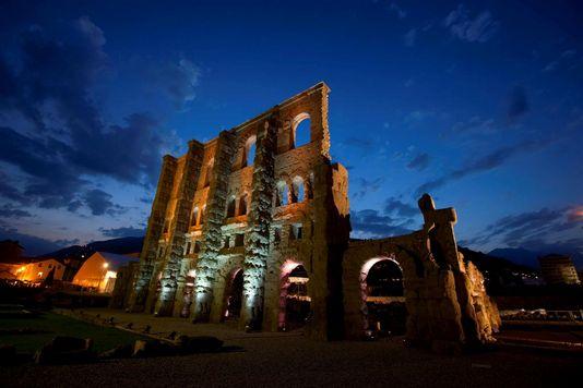 Teatr rzymski w miejscowości Aosta. Spektakl Theatre et lumiere. Źródło: www.aostasera.it