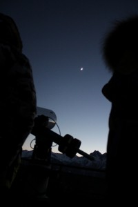 Teleskop na naturalnym tarasie w Obserwatorium astronomicznym w Saint-Barthelemy, w tle bezchmurne niebo i Księzyc.