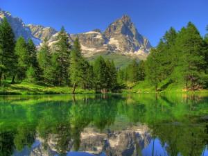 Alpejski szczyt Cervino przegląda się w jeziorze Bleu. Źródło www.wikipedia.it Autor