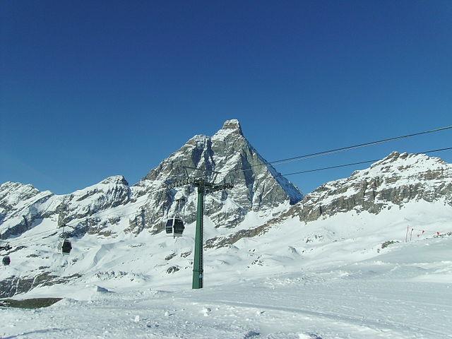 Stoki narciarskie Cime Bianche, w tle Cervino (Matterhorn). Źródło it.wikipedia.org