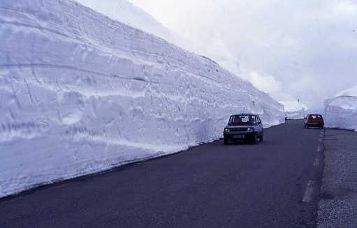 Przełęcz Małego Świętego Bernarda, tak wygląda droga narodowa w czerwcu, tuż po otwarciu drogi narodowej nr 26.