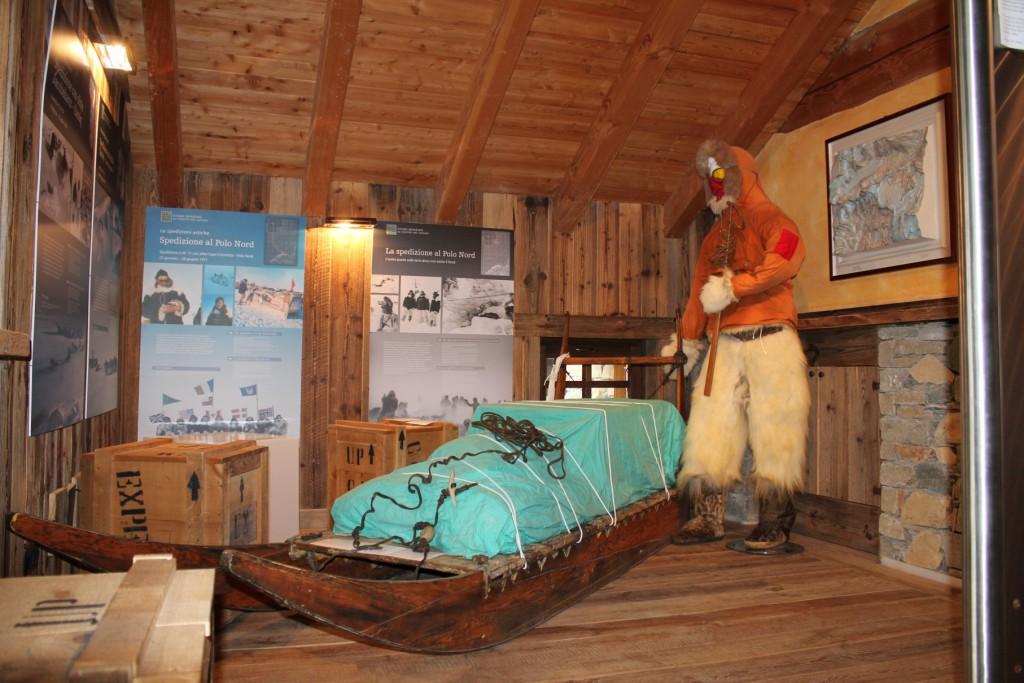 Muzeum Przewodników Alpejskich w Cervinii, na zdjęciu elementy wystawy Ekspedycje na Biegun Północny