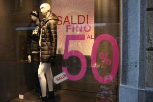 Witryna jednego ze sklepów w Aoście, który z okazji zimowych wyprzedaży tnie ceny do - 50%