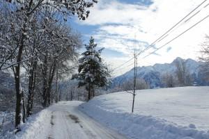 Zima w Alpach. Dolina Aosty pokryta białym puszystym śniegiem.