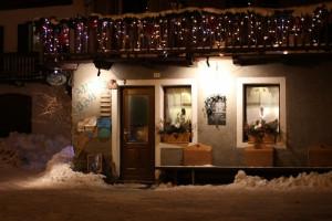 Lillaz w Cogne, gdzie odbyła się fiaccolata. na zdjęciu przytulny bar Anais.