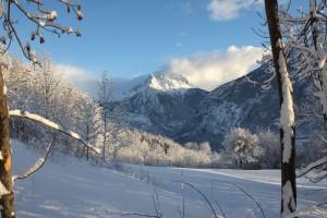 Śnieg w Alpach. Dolina Aosty pokryta białym puchem.