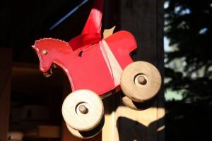 Koń na kółkach Tatà, jeden z symboli lokalnego rzemiosła artystycznego w Dolinie Aosty.