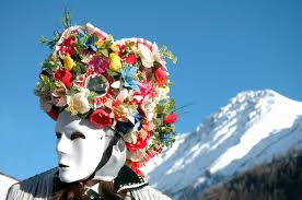 Karnawał we Włoszech u stóp alpejskich szczytów w Dolinie Aosty.