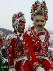 Tradycyjny strój karnawałowy Coumba Freida z Doliny Aosty. Czerwony kolor jest symbolem witalności. Źródło http://www.naturaosta.it/
